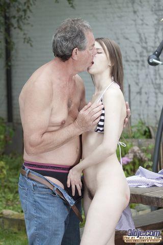Красотка на улице отсасывает владельцу ранчо обрезанный член