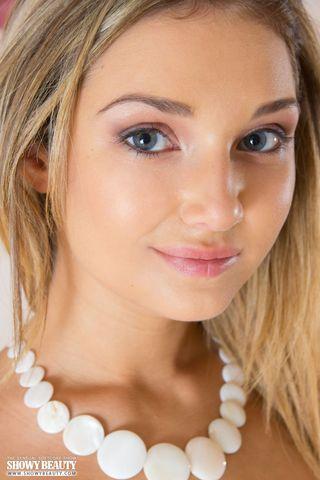 Распутница с белым ожерельем показала сисечки и пизденку на диване