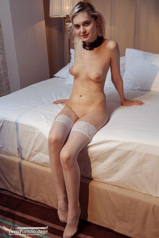 Девушка с черной повязкой на шее и белых чулочках ласкает пухлые половые губы