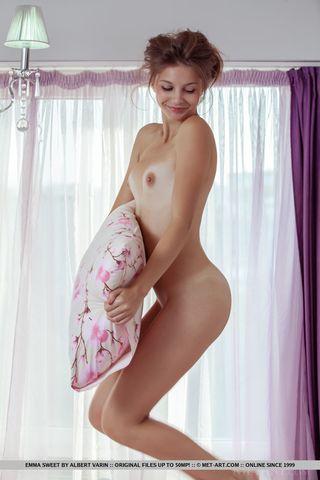 Красотка в спальне и раком и на спине гладит рукой бритую щель