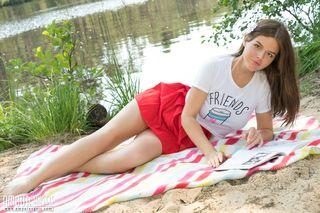 Студентка расстелила плед на берегу реки и вздрочнула припухшую пиздень