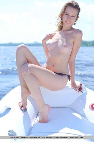 Девушка на лодке светит перед партнером бритым нежным влагалищем
