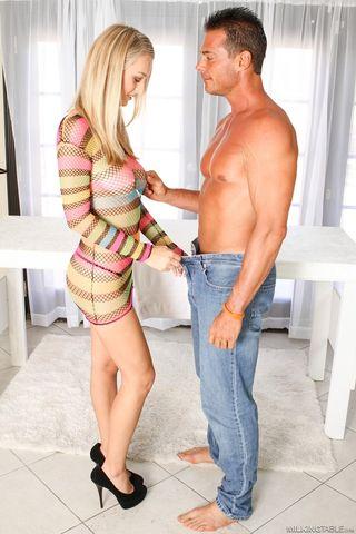 Блонда на каблуках и в черных стрингах сосет через дырку в столе хер