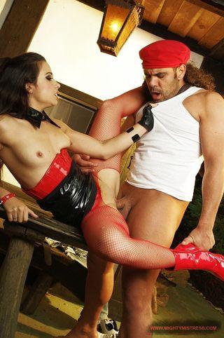 Мужик пристраивается сзади к брюнетке в латексной одежде на каблуках и ебет