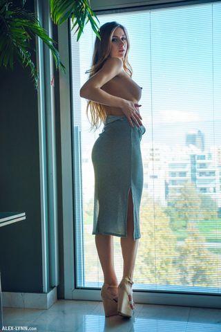 Девка около окна сняла платье и сунула нежные пальчики в половую щель