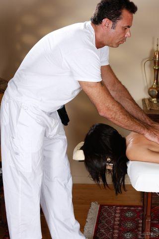 Массажист в возрасте подрочил ногами клиентки член и выебал ее в горло