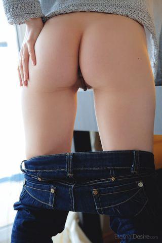 Красотке нравится снимать джинсы и гладить рукой бритую начисто щель