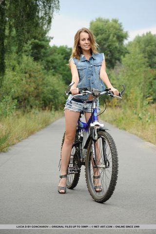 Велосипедистка на шоссе сняла джинсовые шортики и подрочила писюлю