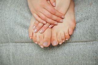 Брюнетка раздвинула ноги и натерла пухлое влагалище кончиками пальцев
