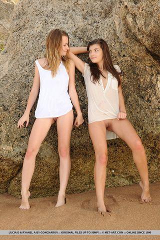 Две стройные подруги на пляже трогают пальчиками бритые писечки