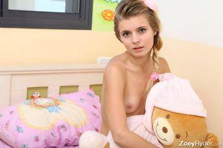 Модель снимает платье в кровати и светит агенту в камеру сисями и писей