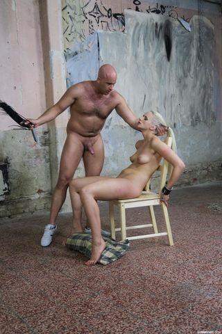 Мужик привязал к стулу нижнюю и грубо отшлепал плеткой и выебал в горло