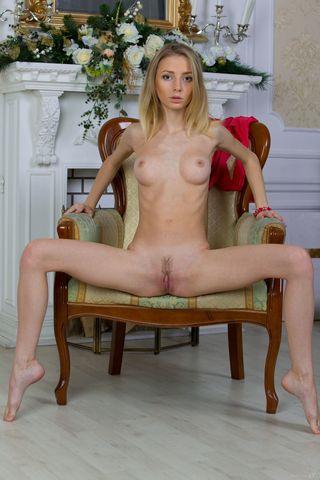 Худая русая позирует на кресле голышом и делает снимки в стиле ню для мужа