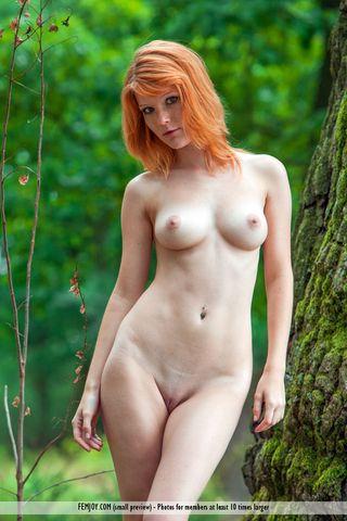 Рыжая в лесу ложится на дерево и напрягает без рук бритую писюню