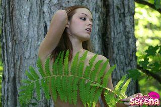 Девка во время утренней пробежки по лесу разделась под деревом и ласкает сиськи