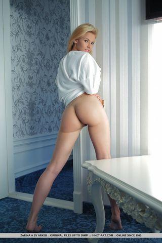 Блондинка делает на вебку эротические фотографии и выкладывает в сеть