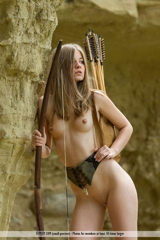 Амазонка с луком и стрелами возле пещеры показывает мелкие сиськи и писю