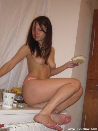 Пьяная студентка показала другу небольшие сиськи на кровати