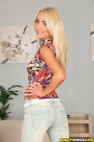 Блондинка снимает серые трусики и играет рукой с клитором и половыми губками