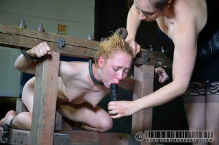 Госпожа связывает двух нижних лесбиянок и доводит ролевыми играми до оргазма