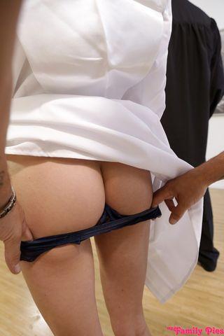 Пацан в шортах и очках выебал в писю монашку за спиной у священника