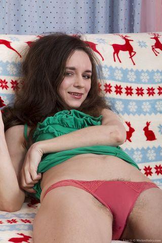 Девушка показывает волосатую промежность в любимых позах на камеру