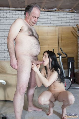 Толстый старый мужик полизал писю брюнетки и выебал ее на четвереньках