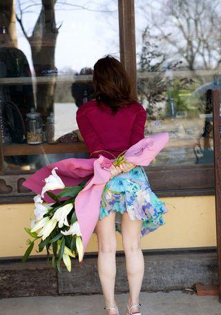 Японка снимает платье и светит мохнаткой и упругими красивыми сиськами