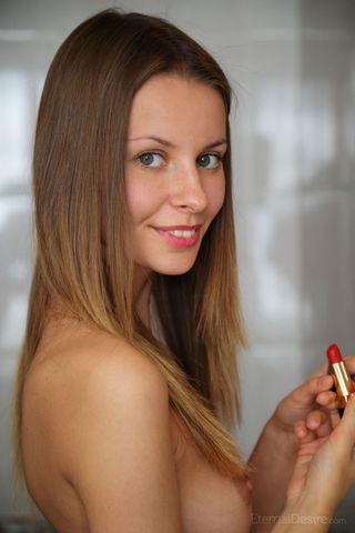Девушка гладит пальчиками мягкое влагалище на деревянном столе