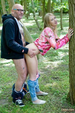 Толстяк в парке на пледе трахнул в горло и писю худую девушку