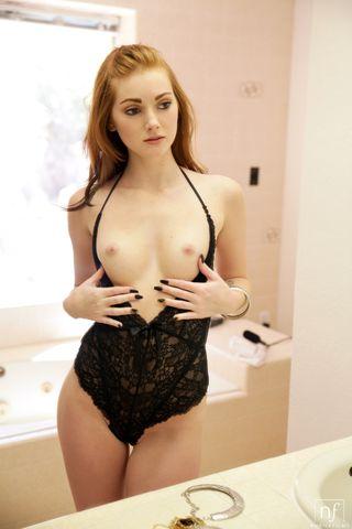 Девушка сидит в ванне на умывальнике и мастурбирует рукой промежность