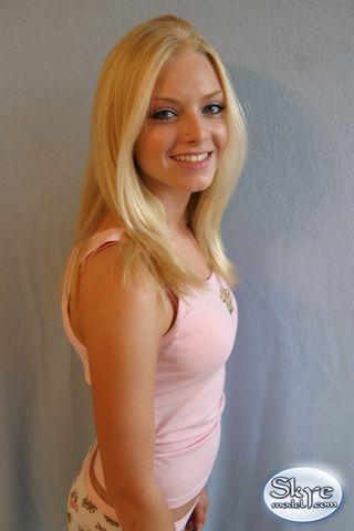 Блондинка позирует в смешных трусиках и розовом топе перед камерой соседа