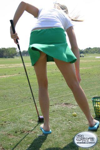 Спортсменка на лужайке для гольфа задирает юбку и показывает попку в трусиках