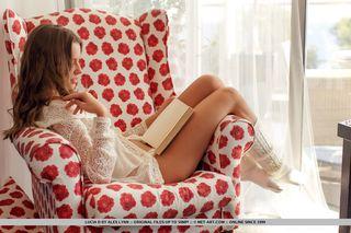 Красавица обожает читать книгу нагишом пока муж фотографирует ее со стороны