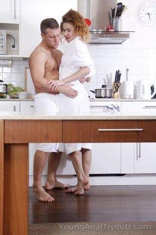 Сантехник прочищает длинным хуем очко рыжую домохозяйке
