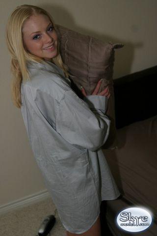 Блондинка в ночной рубашке готова показать в камеру сладкую попку