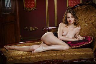 Красотка на софе любит позировать в стиле ню для фотографа