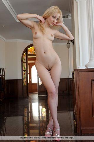 Блонда на перилах лестницы трется о них нежной половой щелкой