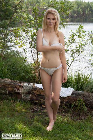Блонда на берегу озера светит перед рыбаком мелкими сиськами и писечкой