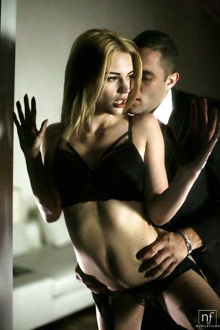 Мужик в деловой одежде трахнул в трусиках блондинку и кончил ей на лобок