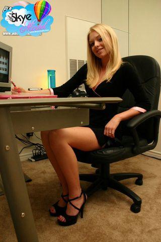 Секретарша задирает черное платье и показывает сладкую красивую задницу