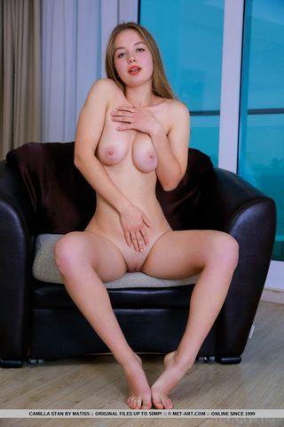 Девушка мастурбирует на софе розовое влагалище и мнет сиськи
