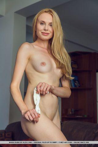 Блондинка нежно показывает мягкое влагалище в кожаном кресле и ловит кайф