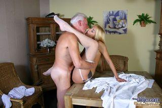Студентка сосет старому учителю обрезанный член и ебется на столе в щель