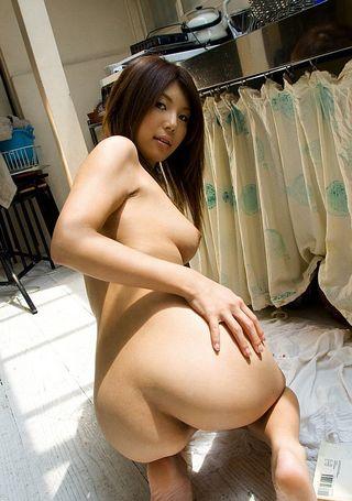 Кореянка показывает на вебку мохнатое влагалище и делает пошлые фото