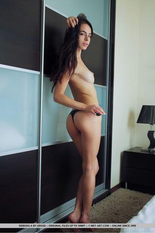 Стройная брюнетка в постели разделась и сделала эротические фотографии