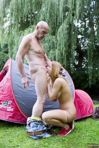 Мужик ебет на лужайке в бритую пизденку рыжую 18-юю дочку соседа