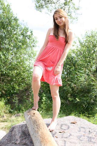 Девка на пляже задрала платье и светит небритой пизденкой