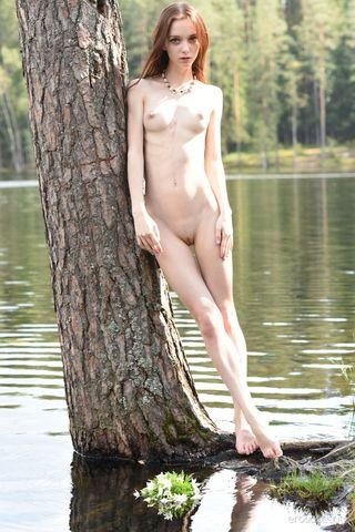 Худая девка в лесу снимается обнаженной и заводит внешним видом фотографа