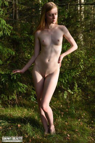 Стройняша в лесу согласилась раздеться на камеру парня догола